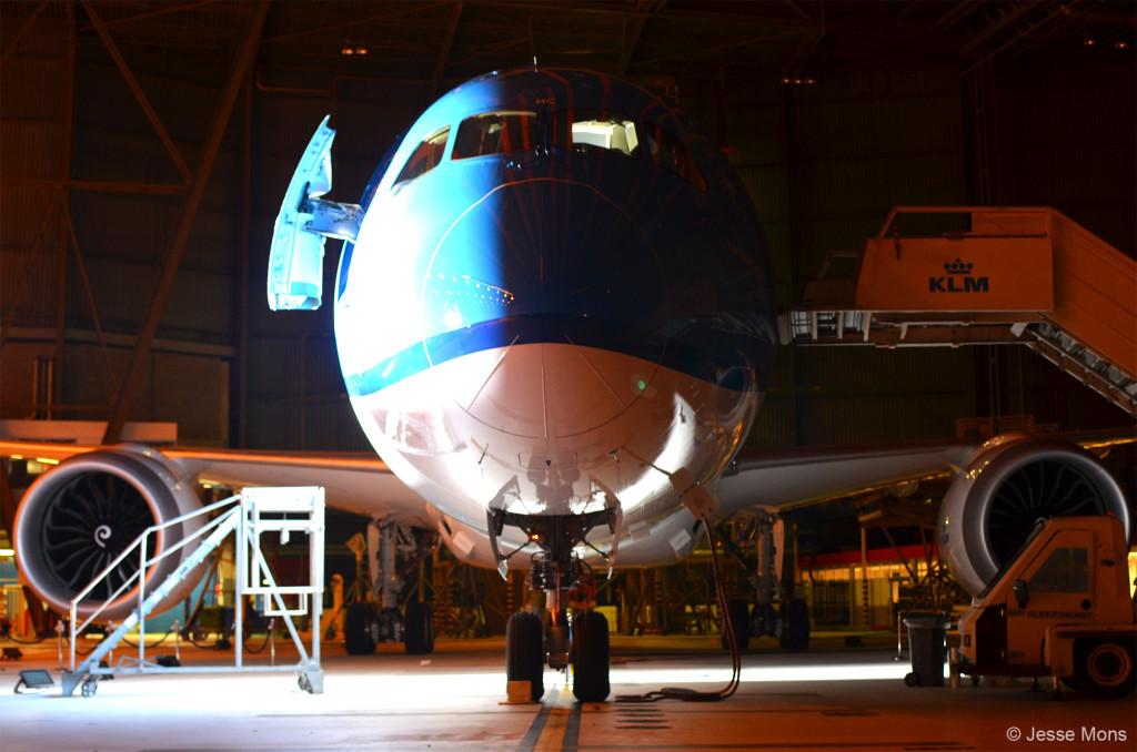 KLM unboxing B787 Dreamliner